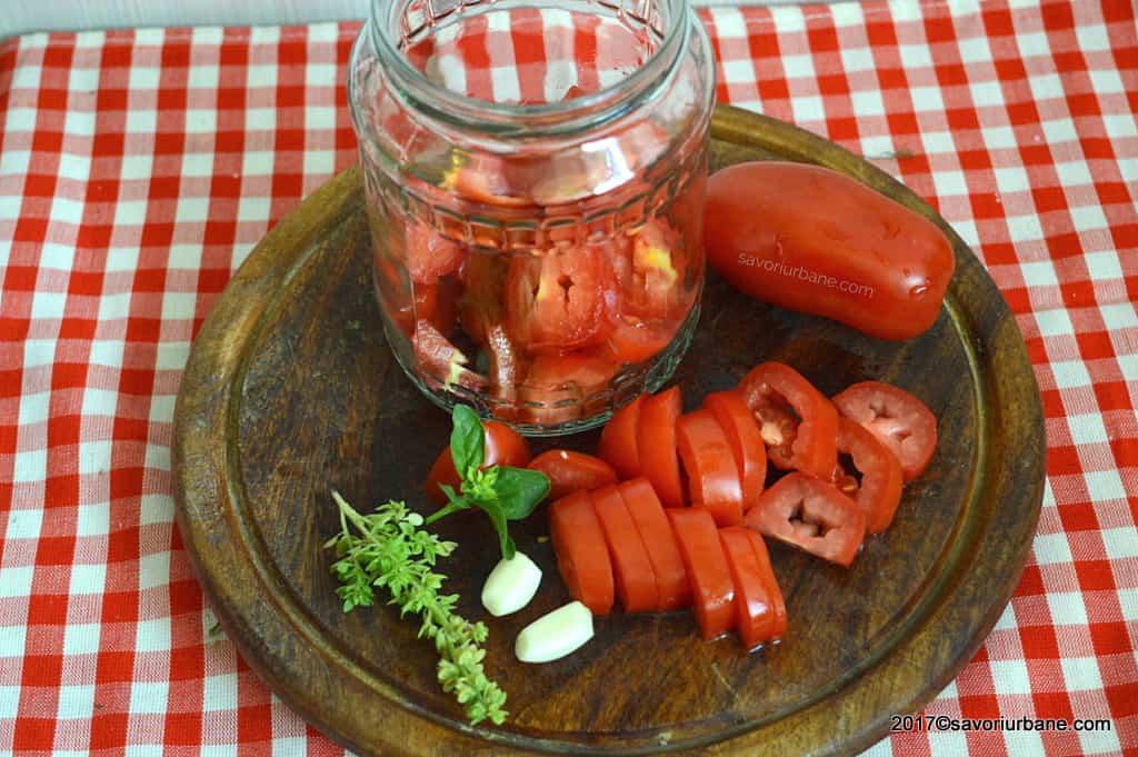 ingrediente rosii la borcan pentru iarna cu usturoi si busuioc