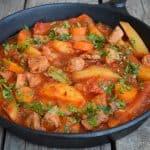 Tocanita de porc cu cartofi si sos de rosii – reteta simpla
