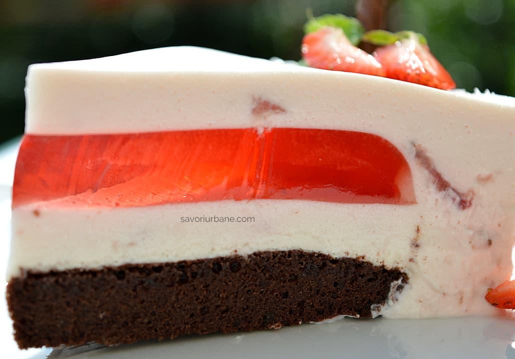 felie de tort cu jeleu de capsuni sau zmeura