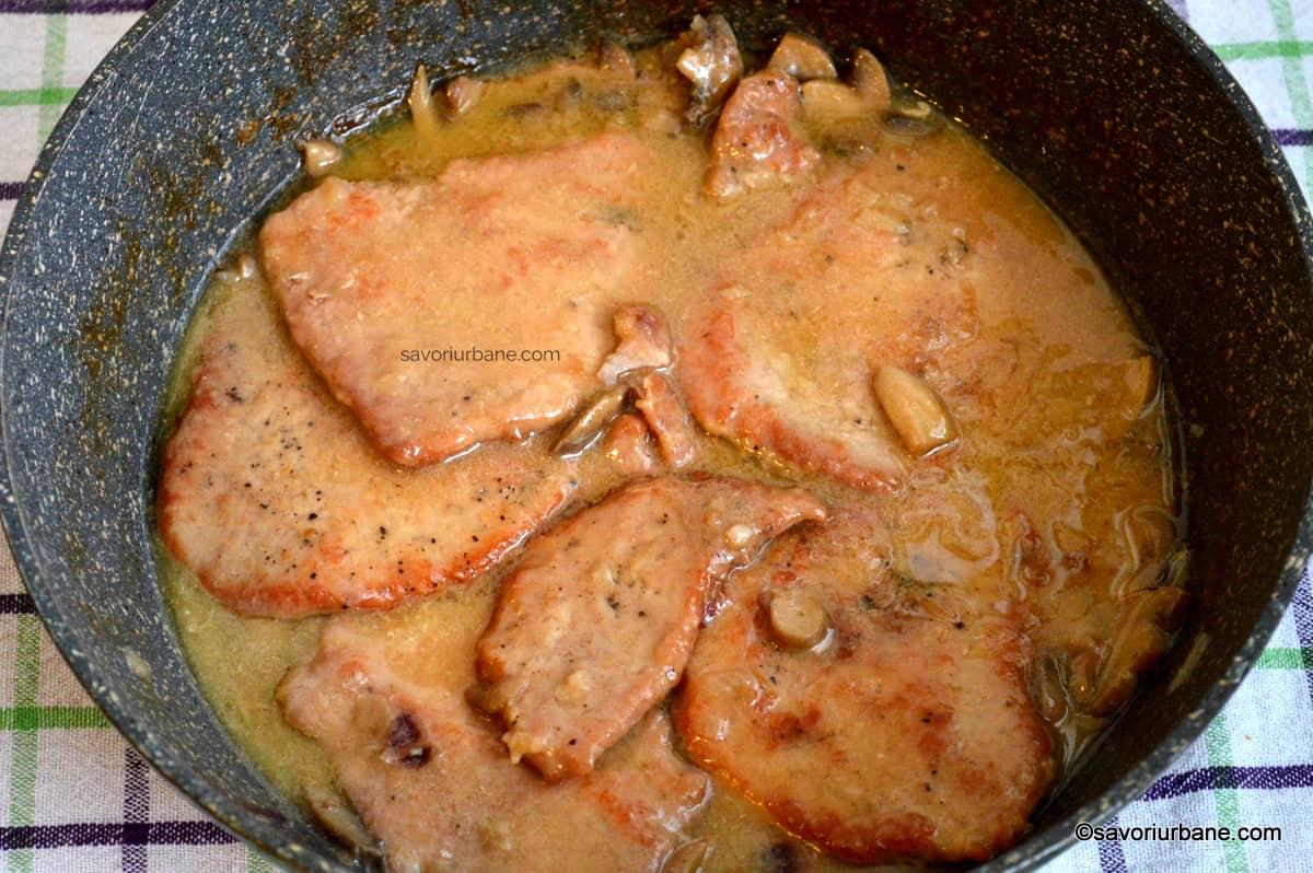 cum se face snitel cu sos cremos de smantana si ciuperci proaspete sau din conserva (2)