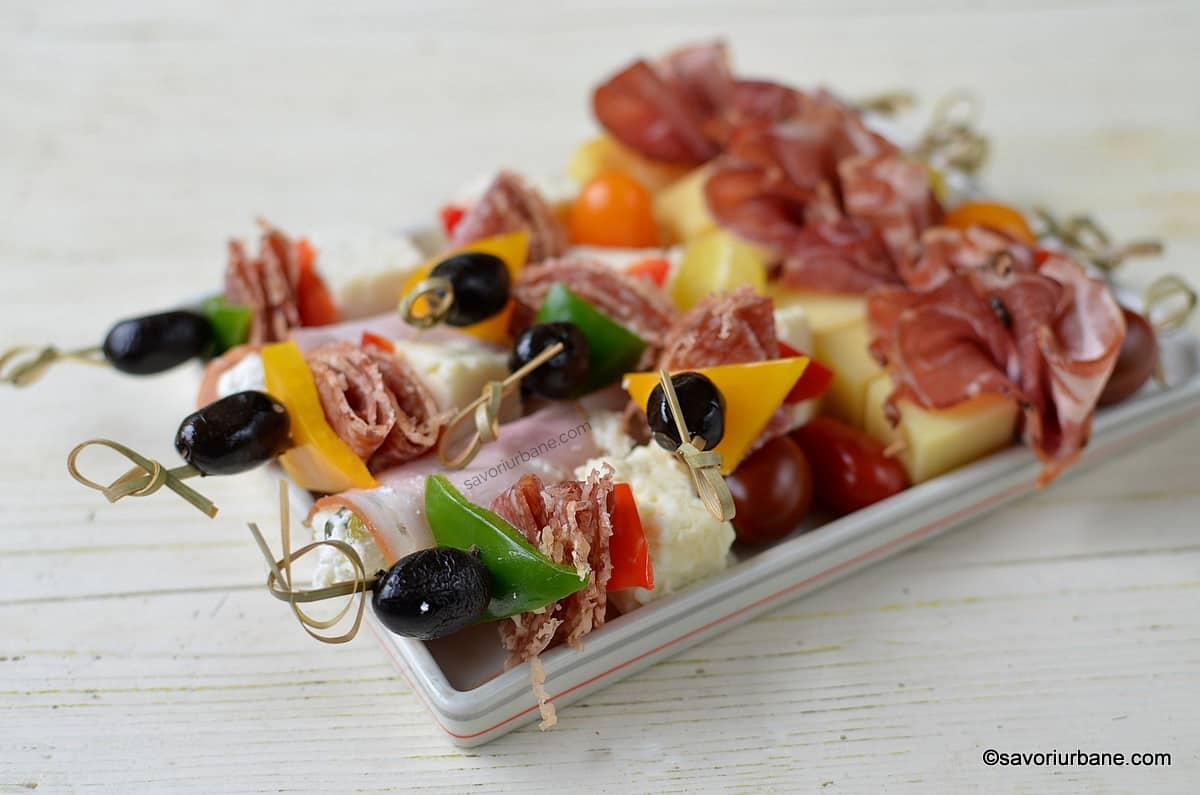 scobitori aperitiv cu salam masline telemea si ardei colorati