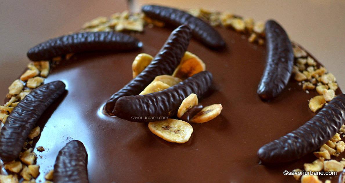 cum se decoreaza un tort de banane cu ciocolata