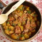 Tocăniță de miel sau de berbecuț cu ceapă și usturoi verde, cartofi sau mămăliguță